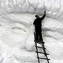 Kinų menininkas skaptuoja skulptūrą iš sniego