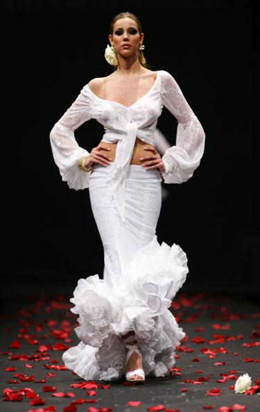 Modelis demonstruoja dizainerio Vicki Martin Berrocal sukurtą suknelę Flamenko madų šou Sevilijoje (Ispanija).