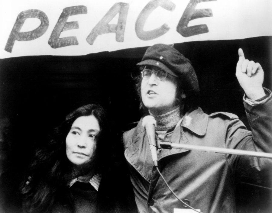 Прядь волос Джона Леннона продали нааукционе за35 тыс. долларов