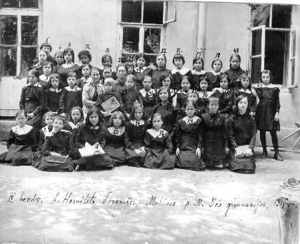 M. Yčo mergaičių gimnazijos Voroneže mokinės prie bendrabučio. Voronežas, 1917 m.