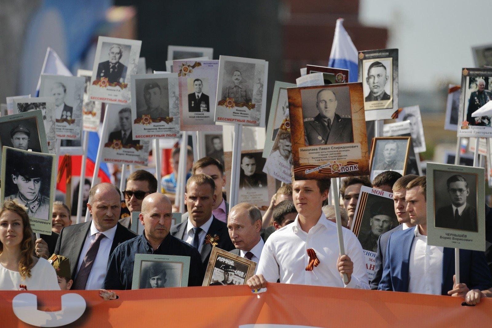Путин вышел на Красную площадь в колонне