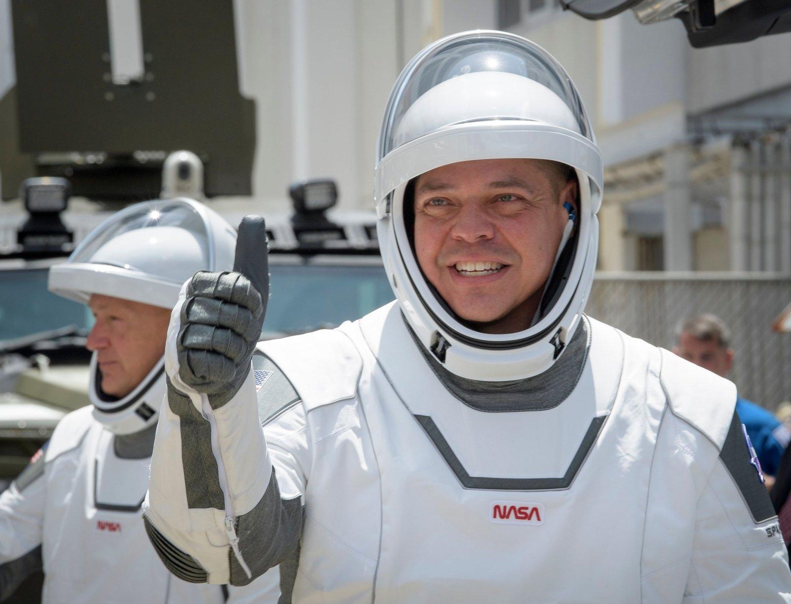 Илон Маск поет про Землю в иллюминаторе: самый актуальный дипфейк после запуска Crew Dragon