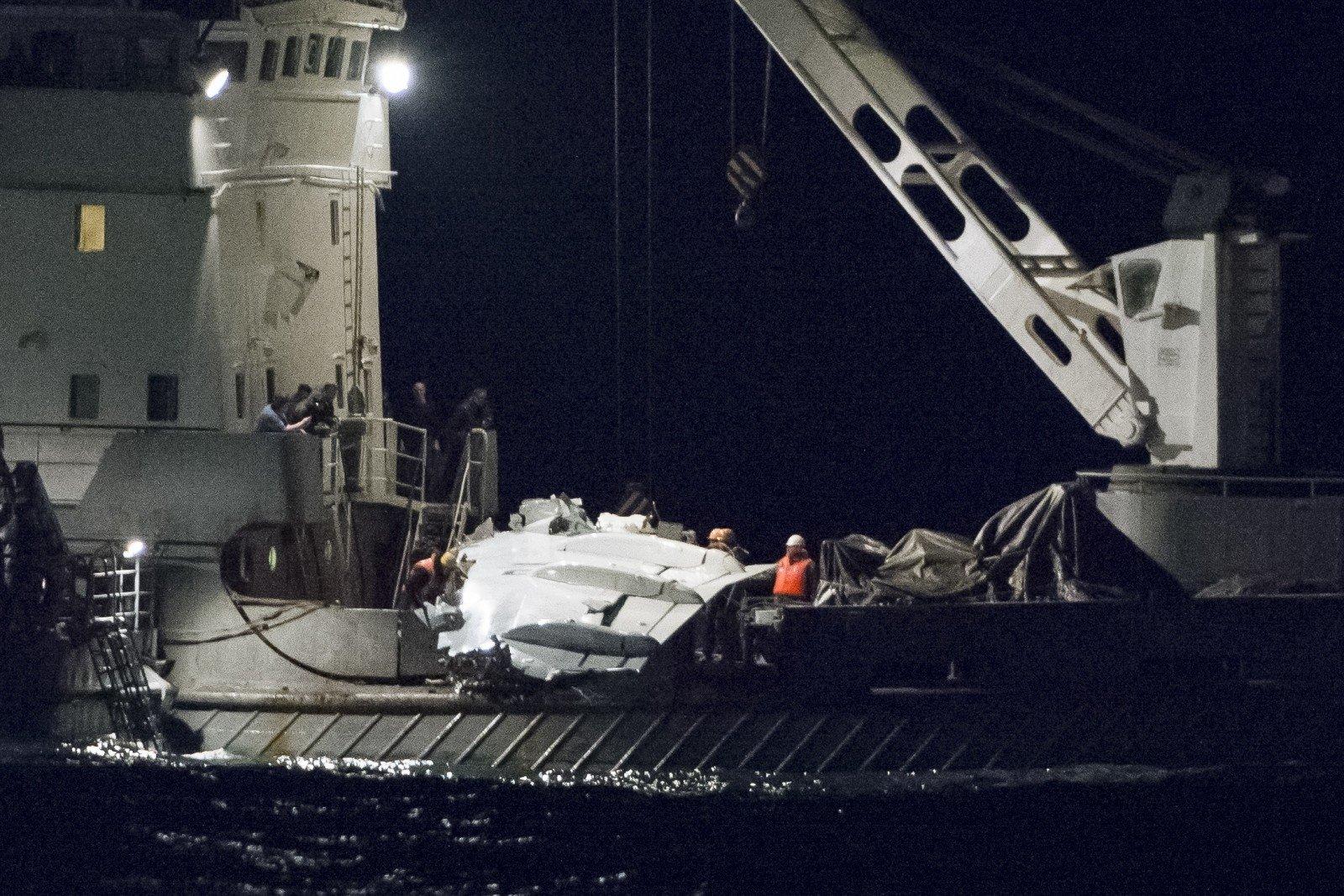 Основные фрагменты разбившегося Ту-154 подняты наповерхность