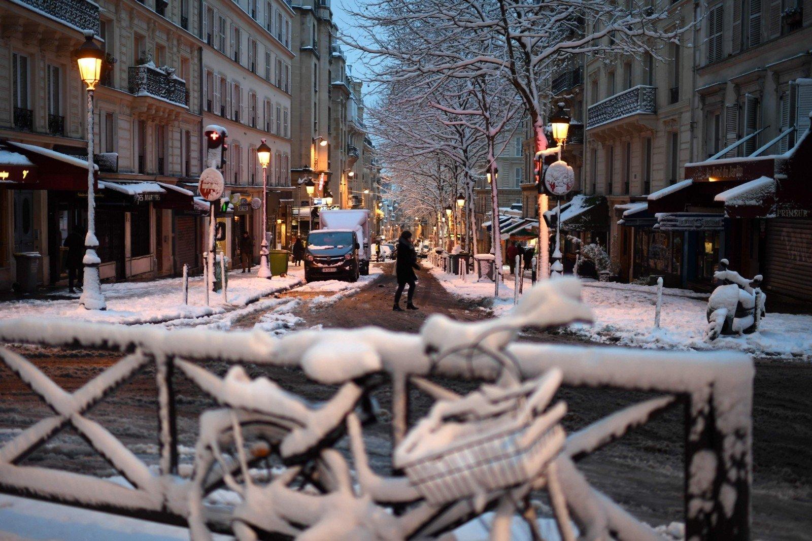 После мощного снегопада французские лыжники исноубордисты прокатились поМонмартру