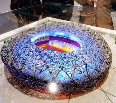 """Olimpinio sporto stadiono Pekine maketas. Šis stadionas dar vadinamas """"Paukščių lizdu""""."""